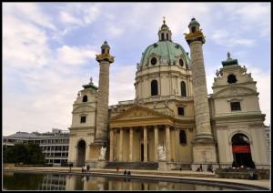 Viena - Igreja São Carlos - Karlplatz - A igreja, que teve sua construção finalizada em 1739, foi uma forma de agradecimento pelo final de uma epidemia de peste.)